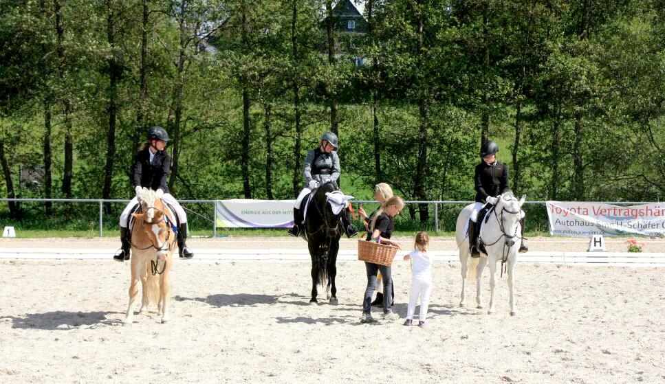 Vereinsmitglieder bei der Siegerehrung in Driedorf.