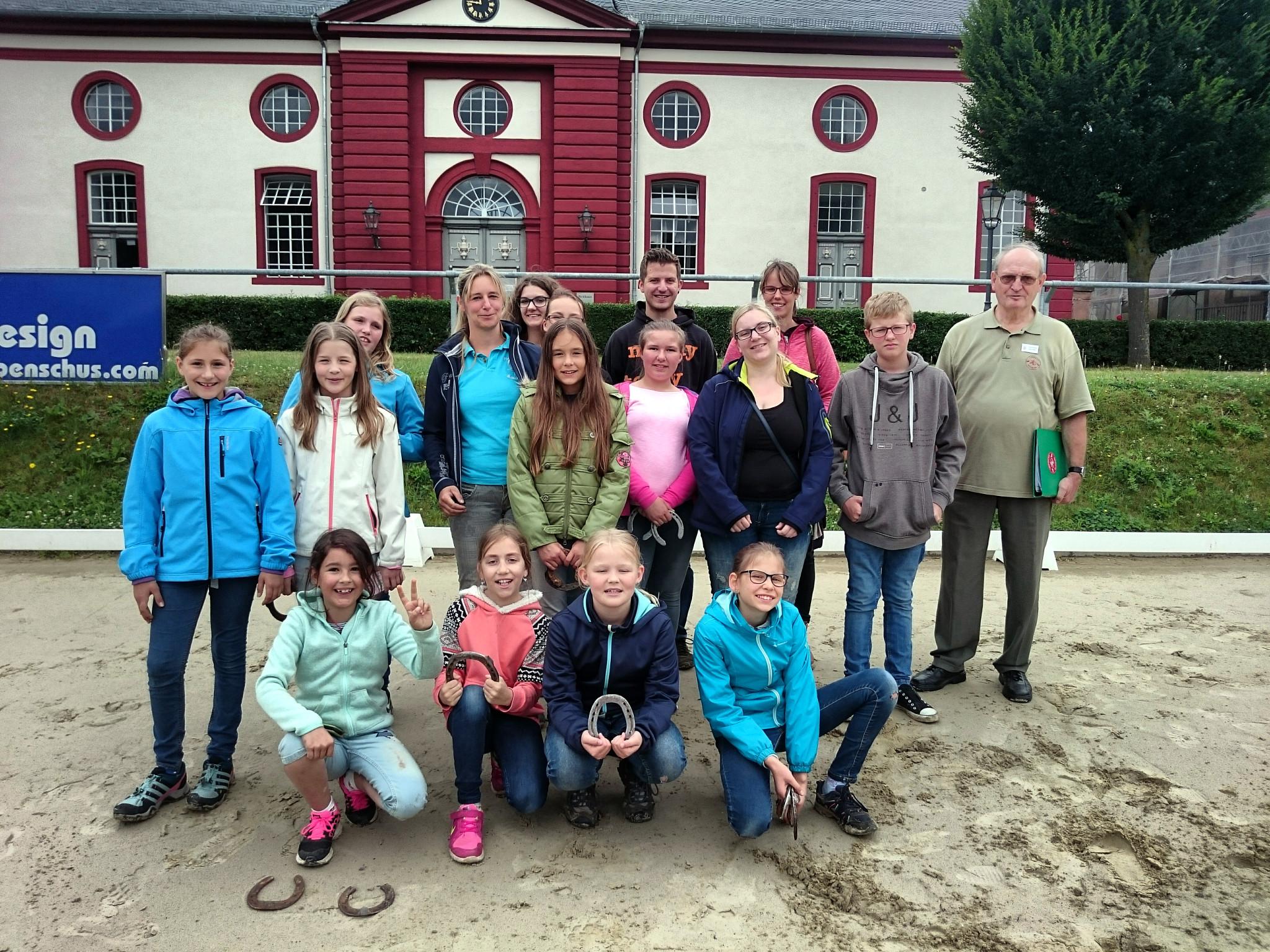 Die Teilnehmer der Ferienaktion vor dem Hessischen Landgestüt in Dillenburg.