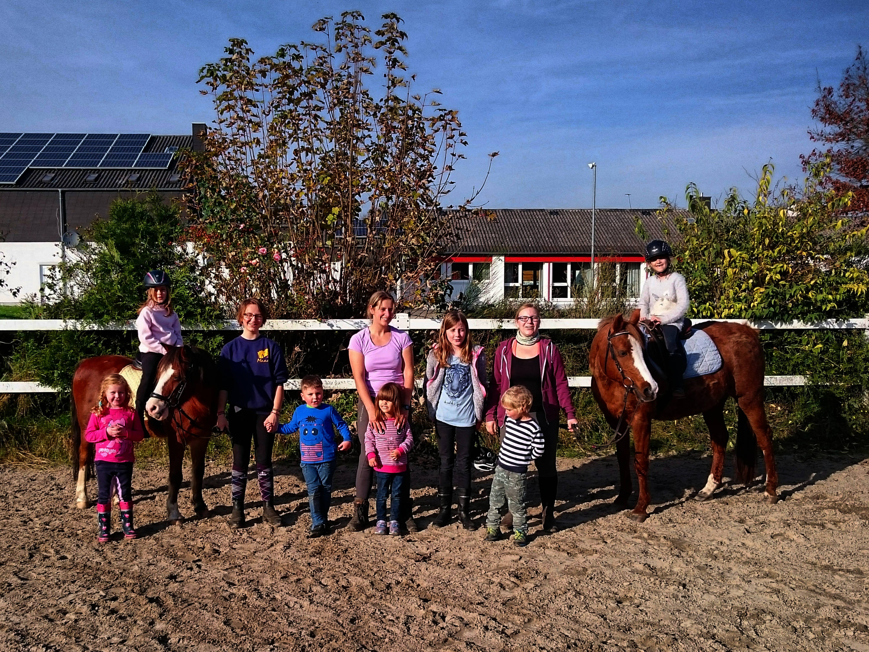 Die Teilnehmer des Ponylino-Clubs mit ihren Betreuerinnen Julia, Danni und Anna