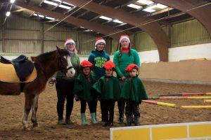 Kinder des Ponylino-Clubs mit Betreuerinnen und Pony Willi